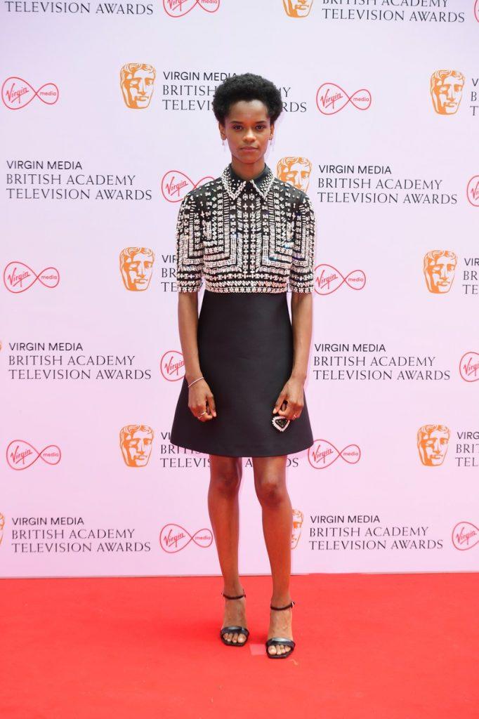 Letitia Wright a purtat o rochie neagră, scurtă, cu aplicații strălucitoare, la Premiile Bafta 2021