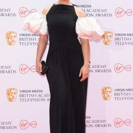 Lydia West a purtat o rochie neagră, lungă, cu umeri bufanți, la Premiile Bafta TV 2021