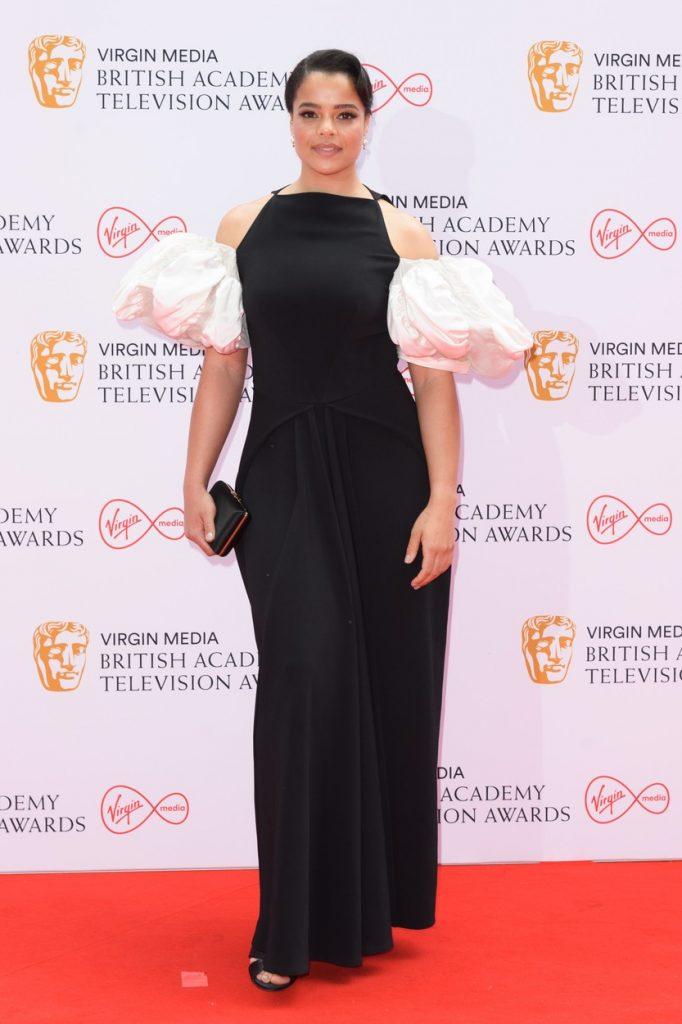 Lydia West a purtat o rochie neagră, lungă, cu umeri bufanți, la Premiile Bafta 2021