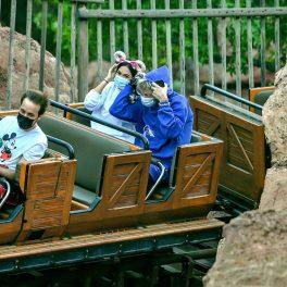 Megan Fox și Machine Gun Kelly explorează Disneyland, din trenuleț
