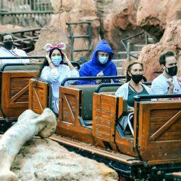 Megan Fox și iubitul ei, în parcul tematic Disneyland