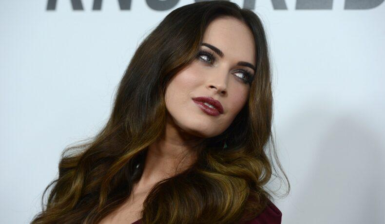Portret al actriței Megan Fox care poartă un sacou roșu și privește într-o parte la premiera filmului This Is 40 de la Hollywood în anul 2012