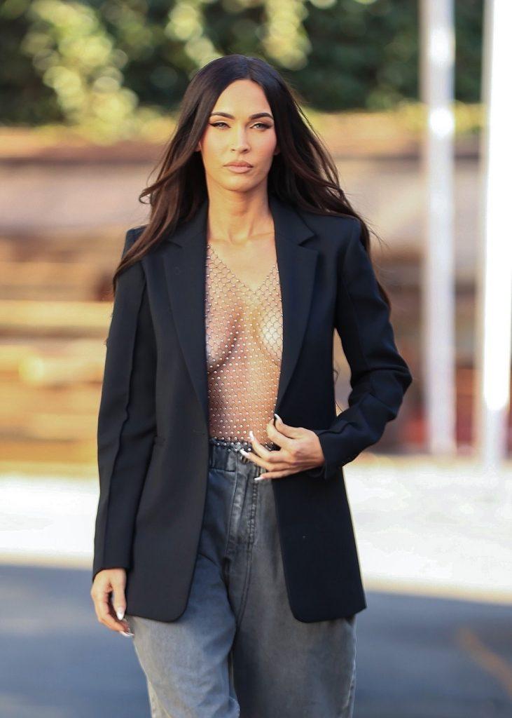 Megan Fox a purtat o bluză transparentă din plasă peste care a asortat un sacou negru și o pereche de pantaloni gri cu talie înaltă, în timp ce se afla pe străzile din Los Angeles