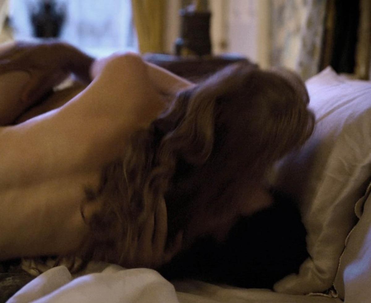 Actrița Phoebe Dynevor dezbrăcată în timp ce stă cu spatele la cameră și este îmbrățișată de Rege Jean Page, într-o scenă intimă din episodul cinci al serialului Bridgerton