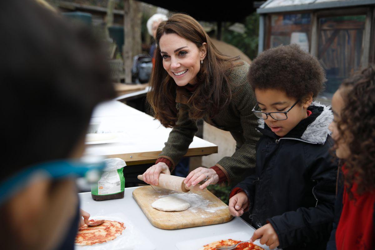 Ducesa de Cambridge, gătește, în timpul unei vizite la Islington Community Garden