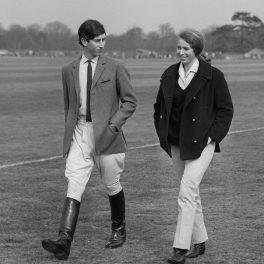 Prințul Charles alături de Prințesa Anne îmbrăcați pentru echitație în timp ce merg pe pajiștea de lângă Castelul Windsor în 1968