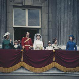 Nunța Regală a Prințesei Anne alături de Mark Phillips în timp ce ăntraga familie se afla la balconul Palatului Buckingham în Londra în 1973