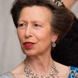 Prințesa Anne purtând un colier de diamante și o diademă strălucitoare la vizita oficială pe care a avut-o în Spania în 2017