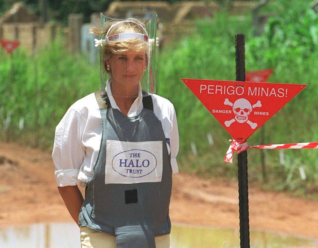 Lady Di într-un costum special de protecție în timp ce merge pe lângă un teren minat din Angola, fiind unul dintre alece momente emblematice ale Prințesei Diana