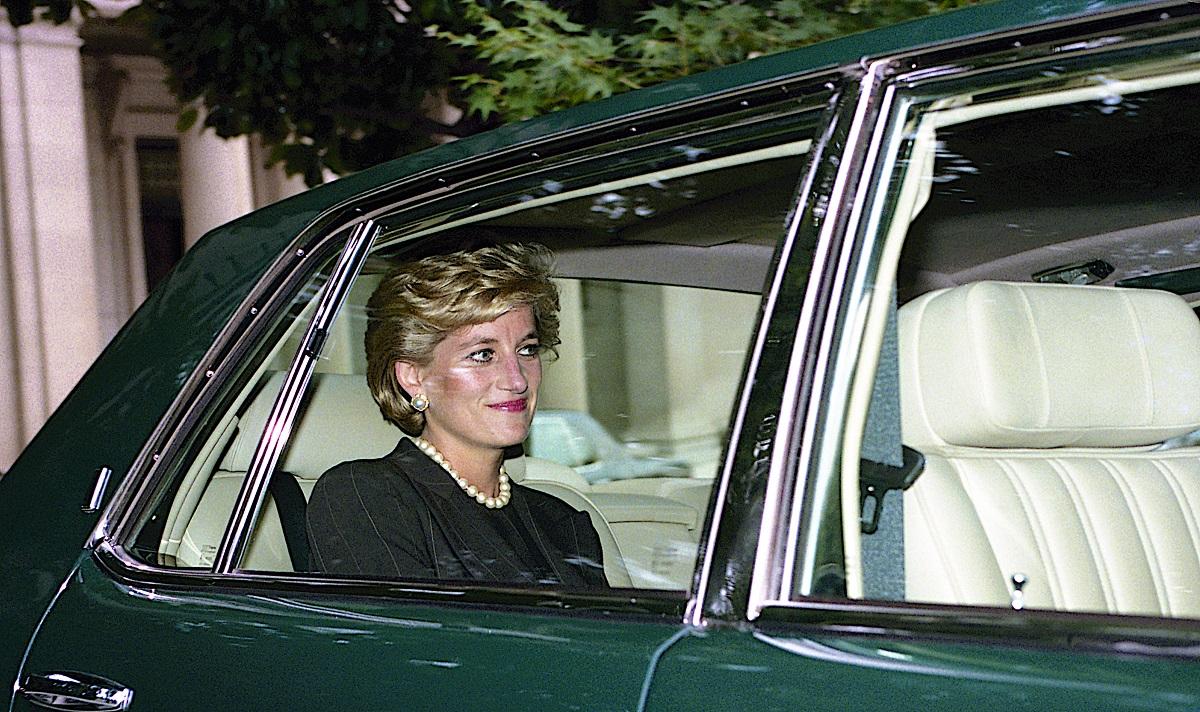 Portret al Prințesei Diana în timp ce stă într-o mașină verde, după ce a plecat de la ambasada Braziliei, se pare că Prințesa Diana a vrut să se mute în SUA