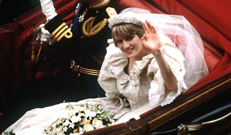 Portret al Prințesei Diana care ar fi împlinit 60 de ani în timp ce se afla în trăsură, în rochia sa de mireasă și făcea cu mâna publicului