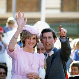 Prințesa Diana și Prințul Charles salută mulțimea, în cadrul primului lor tur oficial