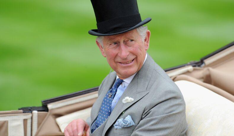 Portret al Prințului Charles care nu va participa la dezvelirea statuii Prințesei Diana, în timp ce poartă un costum și un joben negru pe cap și conduce o trăsură