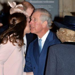 Ducesa de Cambridge în timp ce îl sărută pe obraz pe Prințul Charles la întâlnirea oficială de la Westminster Abbey din 2015