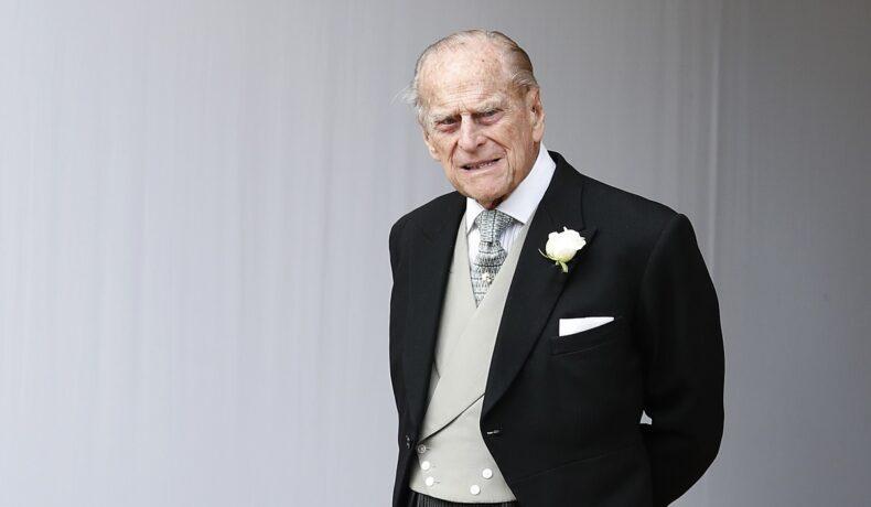 Prințul Pjilip îmbrăcat la costum în timp ce a luat parte la nunta Prințesei Eugenie în 2018