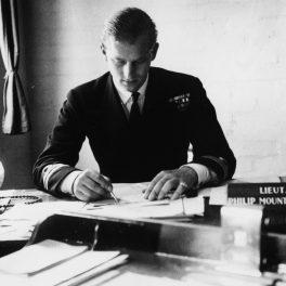 Prințul Philip ar fi împlinit 100 de ani, fotografie surprinsă cu acesta la birou în anul 1947 lucrând la biroul său imediat după ce s-a retras din Marina Regală pentru a lua parte la căsătoria cu Regina Elisabeta