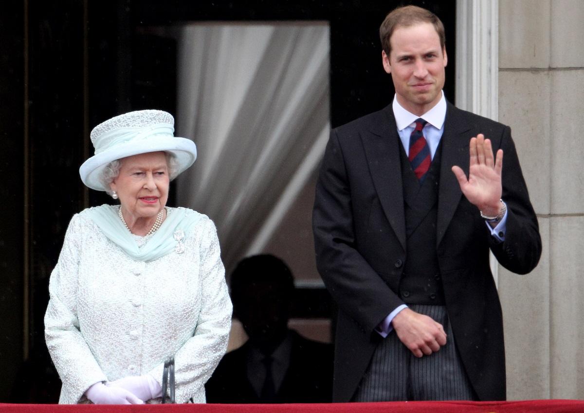 Regina Elisabeta într-un costum alb alături de Prințul William care face cu mâna mulțimii în cadrul Jubileului de Diamant al Majestății Sale