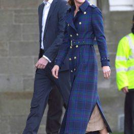 Ducii de Cambridge, Kate Middleton într-un palton albastru în carouri și Prințul William la costum albastru, în timp ce merg la cinema-ul drive in din Edinburgh pe care l-au organizat cu ocazia vizitei în Scoția