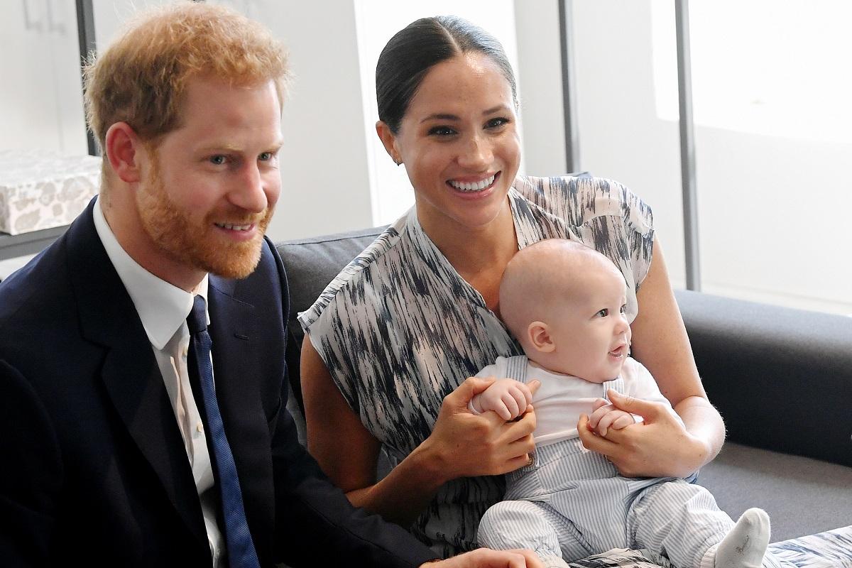 Prințul Harry la costum alături de Meghan Markle în rochie în timp ce îl ține în brațe pe fiul lor, Archie, la întâlnirea oficială din Africa din 25 septembrie 2019