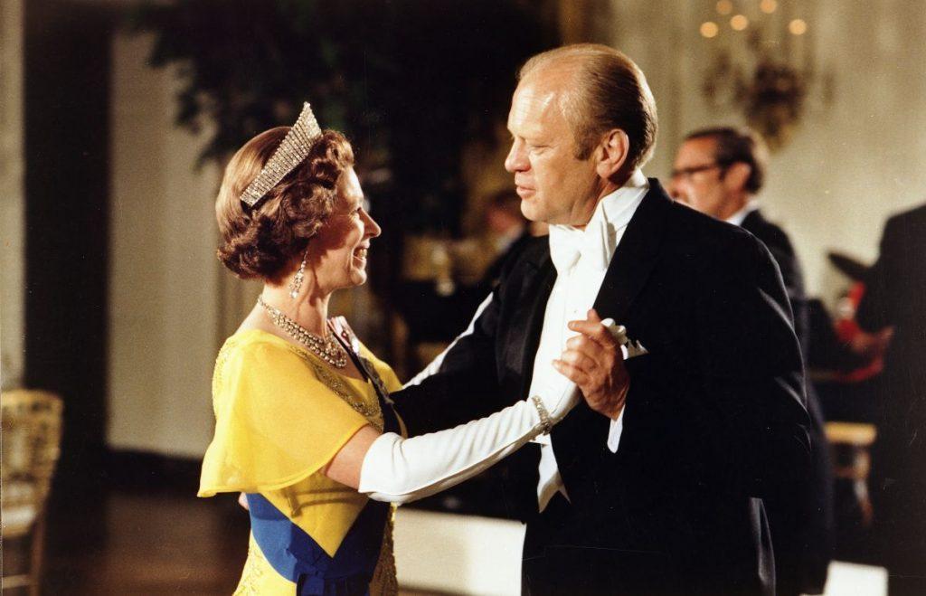 Gerald Ford valsează cu Regina Elisabeta, la un bal organizat la Casa Albă
