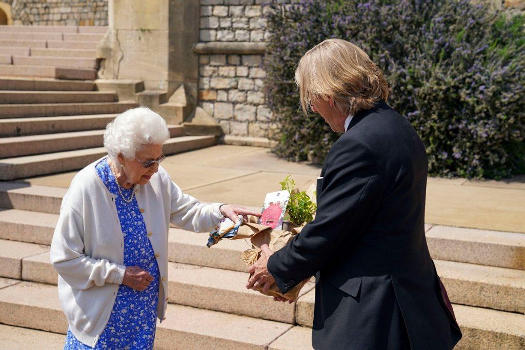 Regina Elisabeta a primit un trandafir în amintirea Prințului Philip de la Keith Weed îmbrăcat la costum, pentru a omagia Centenarul Ducelui de Edinburgh