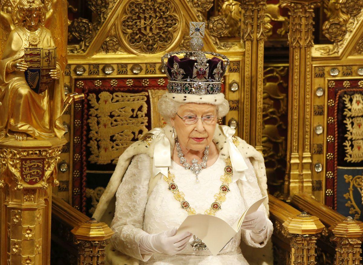 Regina Elisabeta își citește discursul, la Palatul Westminster