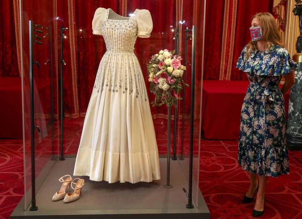 Rochia purtată de Prințesa Beatrice în timpul nunții sale expusă într-o galerie de la Casa Regală