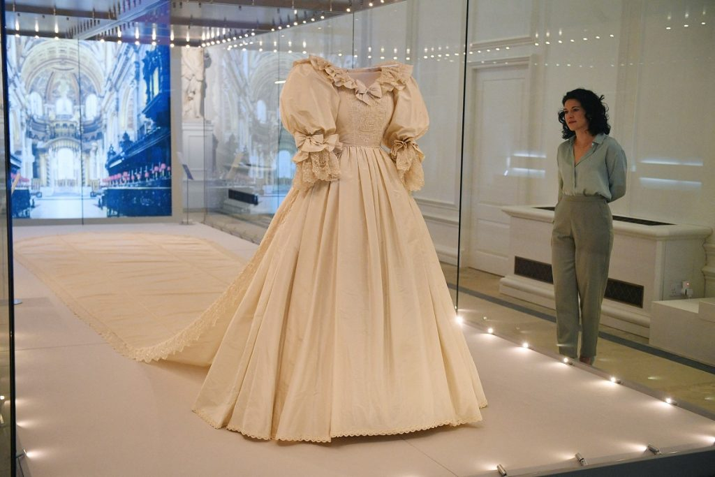 Expoziția care încadrează una dintre cele mai frumoase rochii de miereasă, rochia Prințesei Diana, purtată la nunta sa din 1981 cu Prințul Charles