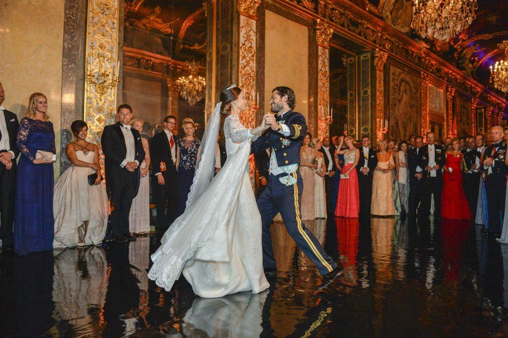 Prințul Carl Philip al Suediei în timp ce dansează cu soția sa Prințesa Sofia la nunta lor din 2015