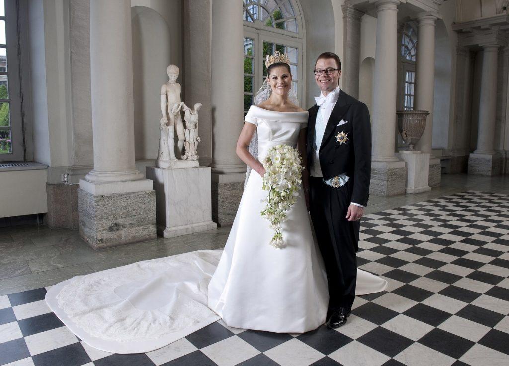 Prințesa Victoria într-una din cele mai minimaliste rochii de mireasă alături de Prințul Daniel la nunta lor din 2010 la Stockholm