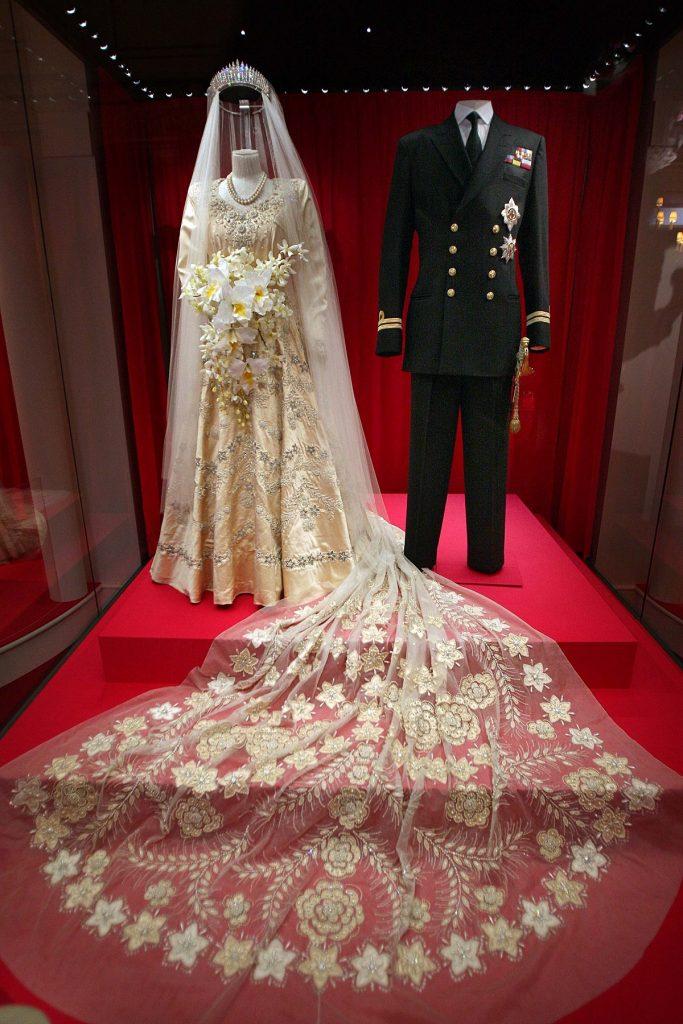 Rochia de mireasă purtată de către REgina Elisabeta și costumul de mire al Prințului Philip la nunta lor din 1957 expuse la o expoziție de la Palatul Buckingham în 2007 cu ocazia aniversării a 60 de ani a căsătoriei