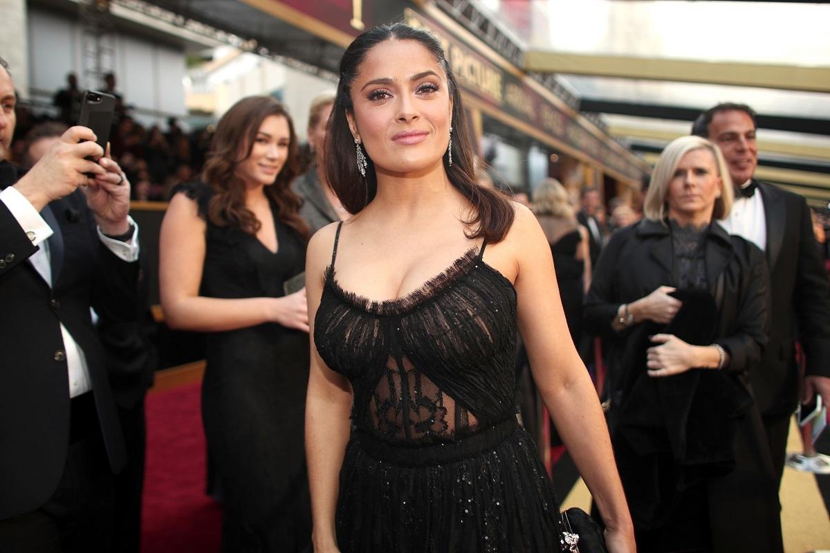 Salma Hayek a purtat o rochie mulată neagră cu dantelă și bretele subțiri pe covorul roșu la premile anuale de film de la Hollywood din 2017