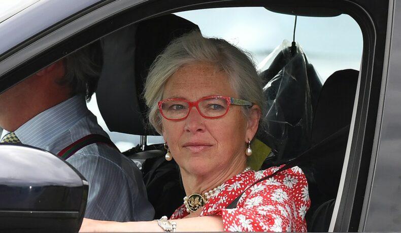 Tiggy Legge-Bourke, într-o mașină, îmbrăcată elegant, la botezul lui Archie, în 2019