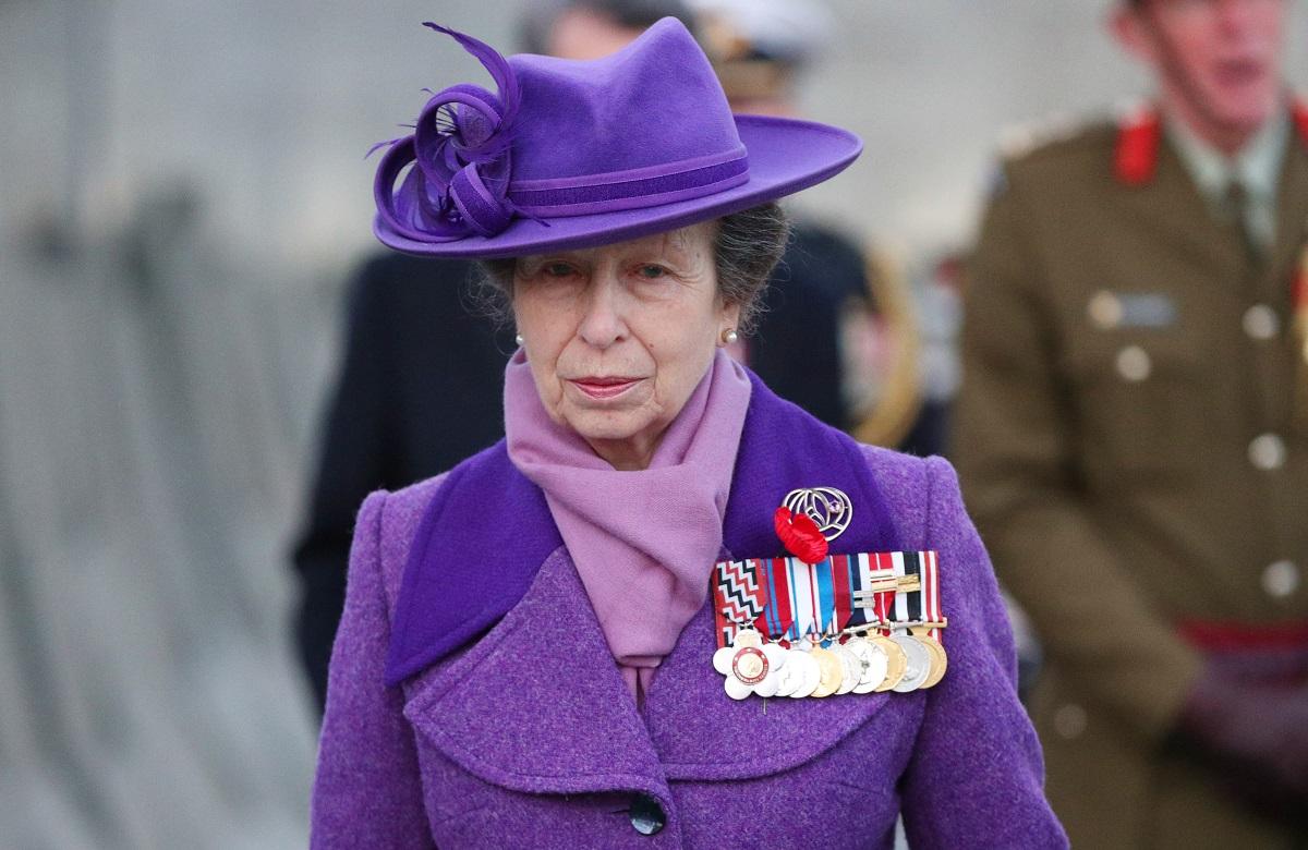 Prințesa Anne purtând un costum mov și o pălărie cu de aceeași culoare