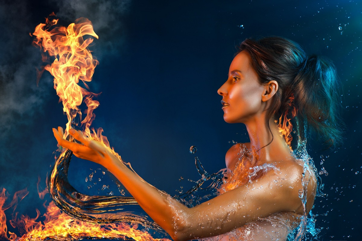 O femeie foarte frumoasă care ține în mână o flacără, iar din păr i se scurge apa, deoarece este una din zodiile de foc