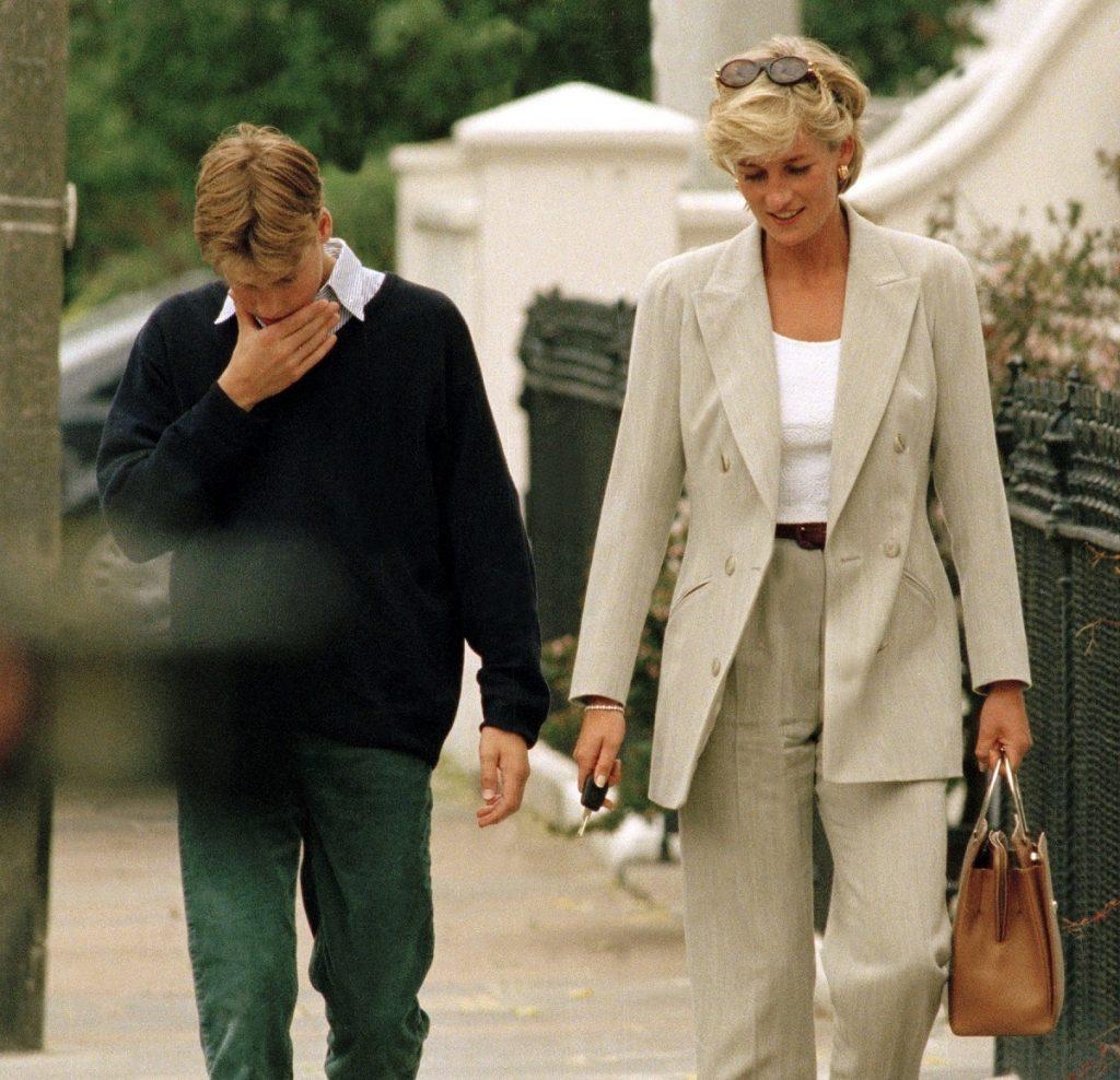 Prințesa Diana într-un costum gri alături de Prințul William în blugi și hanorac albastru, după ce au luat pranzul împreună în 1997