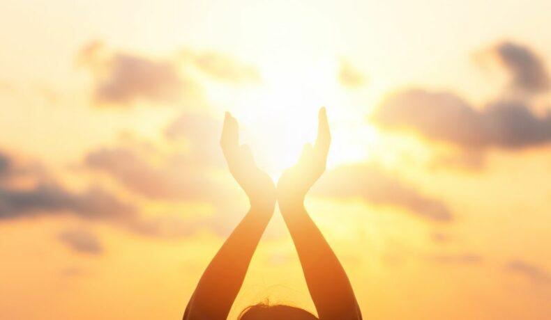 """Silueta unei tinere care """"susține"""" Soarele cu palmele sale"""