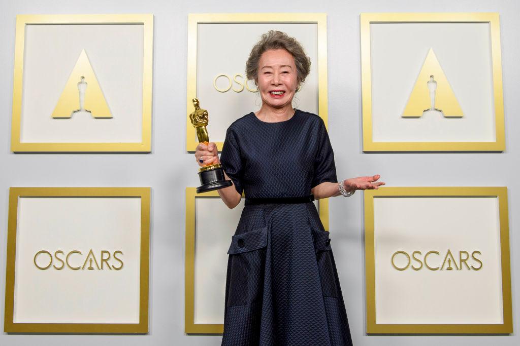 Youn Yuh-jung, la Premiile Oscar 2021, pe covorul roșu, cu trofeul în mână