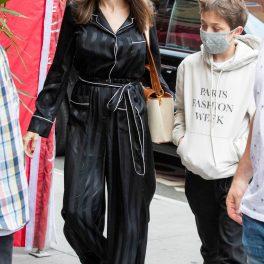 Angelina Jolie se îndreaptă către un local new-yorkez