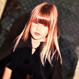 Bar Refaeli, cu părul lung și breton, la vârsta de 5 ani