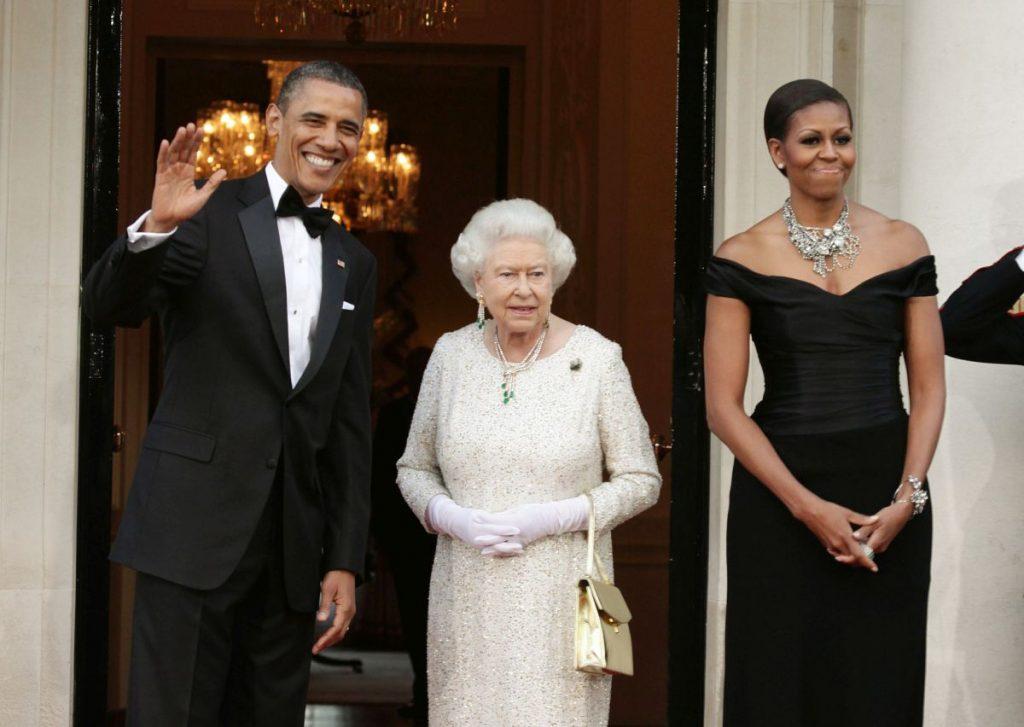 Președintele Barack Obama și soția sa, alături de Regina Elisabeta, la reședița ambasadorului SUA din Marea Britanie