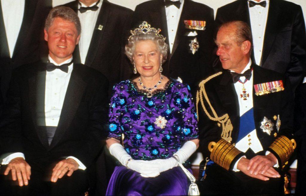 Regina Elisabeta, Prințul Phillip și Bill Clinton, la un banchet ce a avut loc în Portsmouth, pentru a celebra D-Day