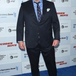 Brendan Fraser poartă un costum de culoare închisă, la premiera ultimului său film
