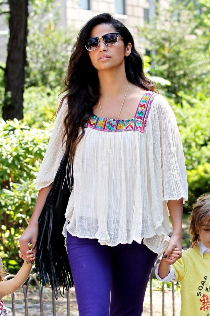 Camila Alves poartă o bluză inspirată de iile românești
