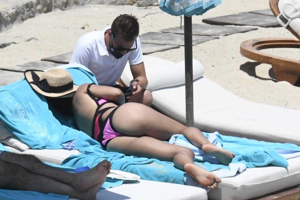 Cesc Fabregas, discută cu soția sa, Daniella, pe plajă, în Mykonos