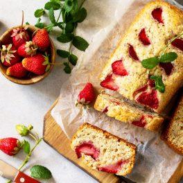 Chec umed cu iaurt și căpșuni pe un blat de lemn