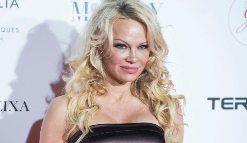 Pamela Anderson și-a schimbat look-ul din tinerețe, părul blond lung, rochie neagră fără bretele, în cadrul Global Gift Gala, Madrid, Spania, 2018