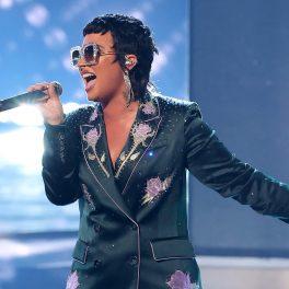 Demi Lovato în cadrul iHeartRadio Music Awards, la câteva zile după ce a dezvăluit că e non-binară, într-un costum albastru, pe scena iHeartRadio Music Awards, in mai 2021