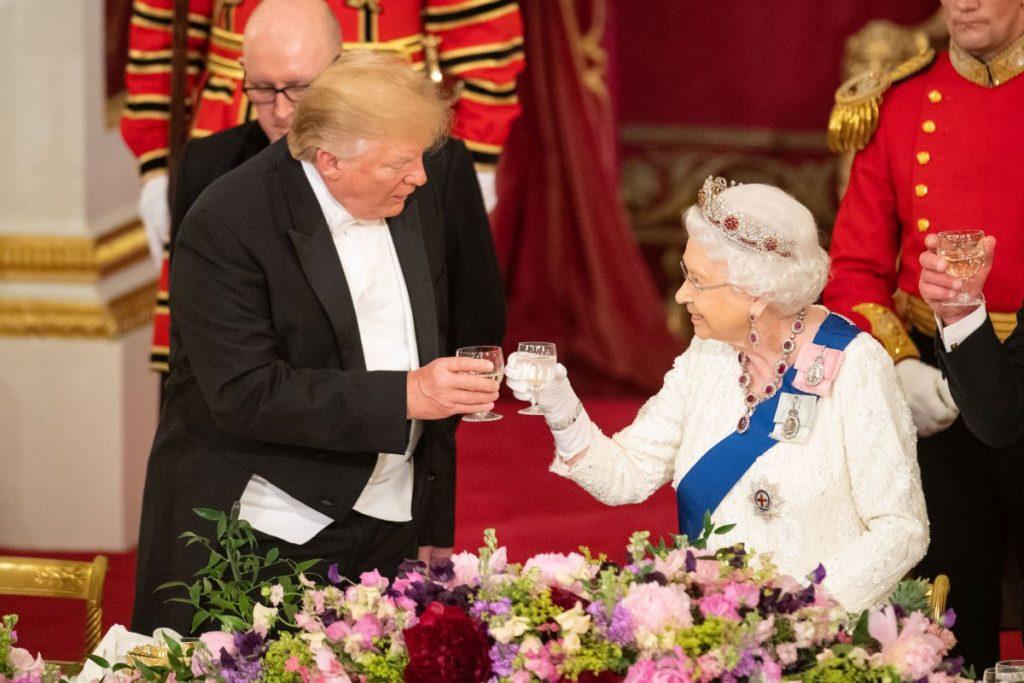 Președintele Donald Trump ciocnește un pahar de șampanie cu Regina Elisabeta, în timpul unui banchet de stat, la Palatul Buckingham
