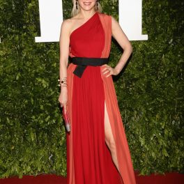 Edith Gonzalez, într-o rochie roșie, elegantă, pe covorul roșu, la un eveniment monden